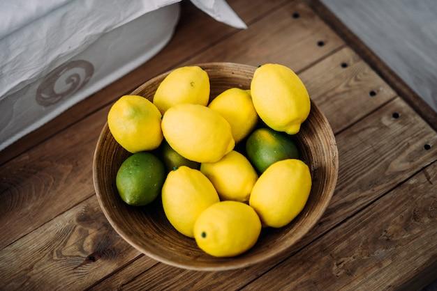 Zitronen und limetten auf dem holztisch