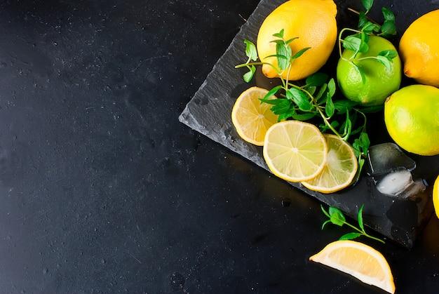 Zitronen und limetten mit minze
