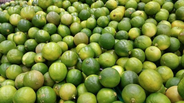 Zitronen zum verkauf im supermarkt.