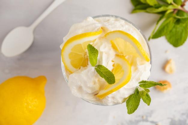 Zitronendessert. englische zitronen-kleinigkeit, käsekuchen, schlagsahne, parfait.