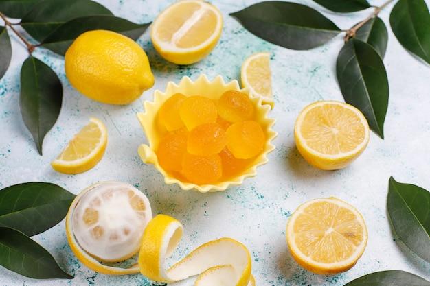 Zitronengelee-bonbons mit frischen zitronen, draufsicht