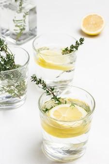 Zitronengetränk im glas.