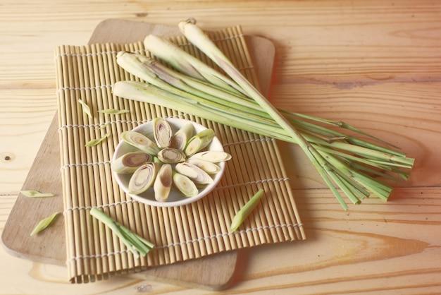 Zitronengras mit dem zitronengras geschnitten auf das spitzenhacken