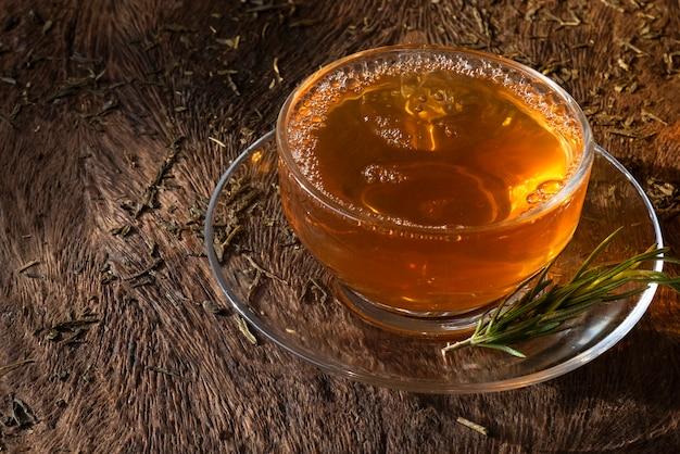 Zitronengras-tee aus den blättern des baumes. die eigenschaft ist eine medikamentöse behandlung