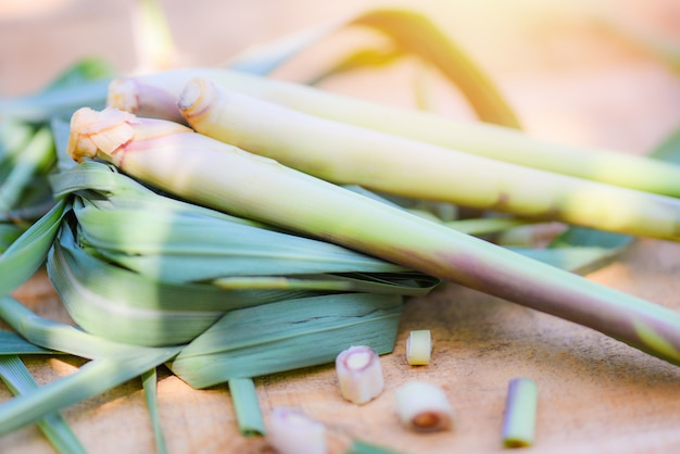 Zitronengras und grünes blatt auf hölzernem für kräuter- und gemüselebensmittel
