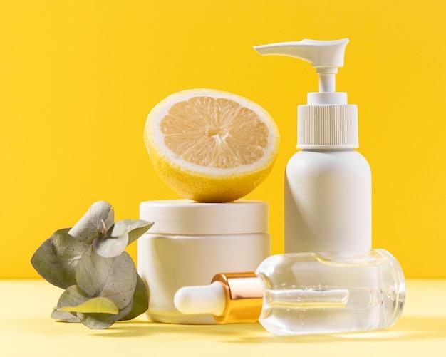 Zitronenhälfte mit plastikbehältern