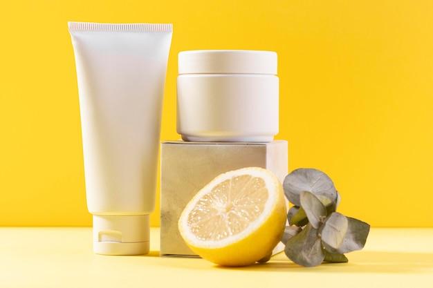 Zitronenhälfte und sahnebehälter