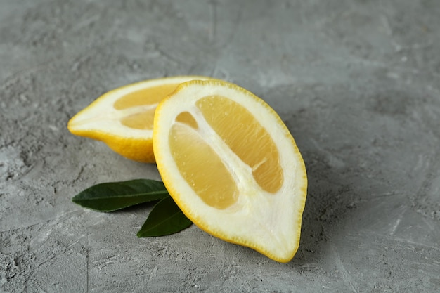 Zitronenhälften auf grau, nahaufnahme