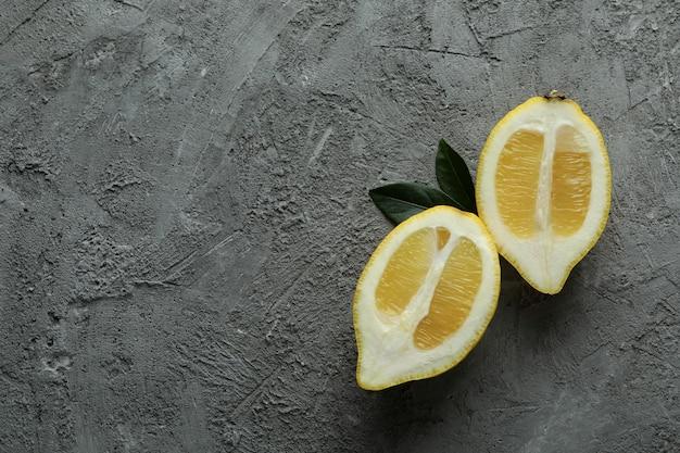 Zitronenhälften auf grau