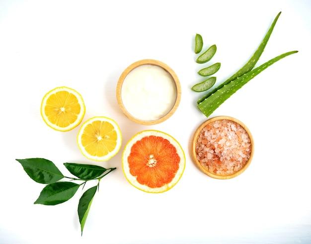 Zitronenjoghurt-aloe vera und grapefruit auf weißem hintergrund