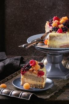 Zitronenkuchen mit bunten himbeeren