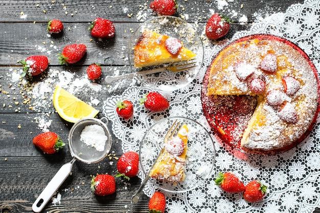 Zitronenkuchen mit erdbeerzuckerendenschokolade