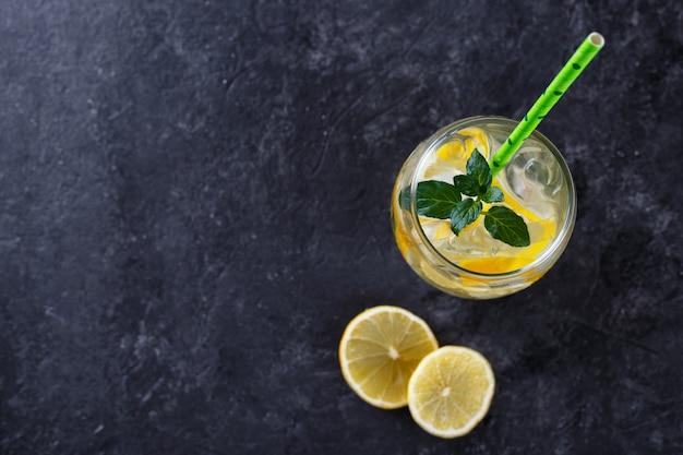 Zitronenlimonade wasser hineingegossen