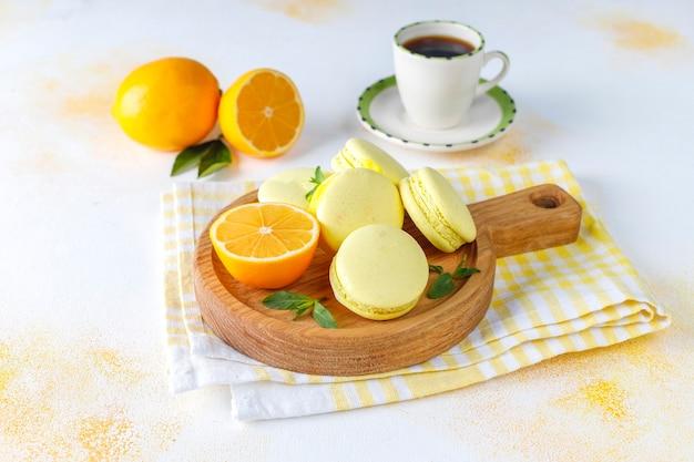 Zitronenmakronen mit frischen früchten.
