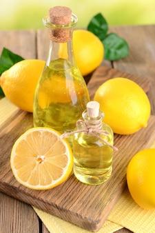 Zitronenöl auf tischnahaufnahme