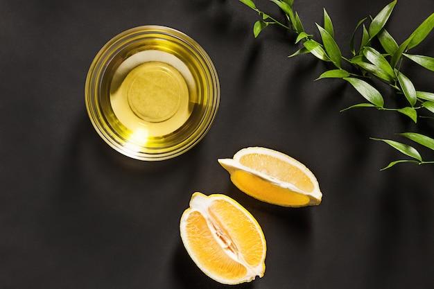 Zitronenöl isoliert auf schwarzem tisch
