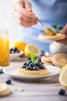 Zitronenquark-törtchen mit frischen blaubeeren