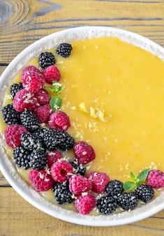 Zitronenquarkkuchen mit frischen beeren: draufsicht