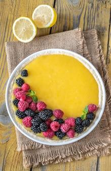 Zitronenquarkkuchen mit frischen beeren