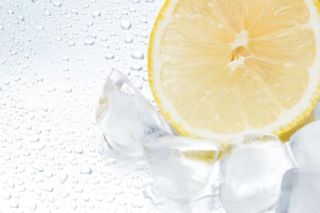 Zitronenring mit eis auf einer silbernen hintergrundnahaufnahme