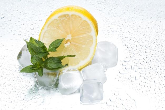 Zitronenring mit eis und minze auf einer silbrigen hintergrundnahaufnahme