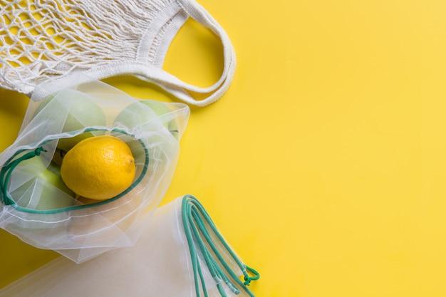 Zitronensäure in wiederverwendbaren, umweltfreundlichen netzbeuteln.