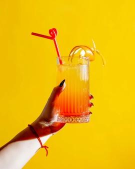 Zitronensaft mit orangenschale oben drauf