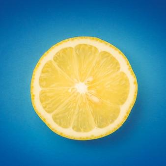 Zitronenscheibe auf blauem hintergrund