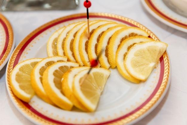 Zitronenscheibe auf einem teller. catering-service für geschäftstreffen, veranstaltungen und feiern.