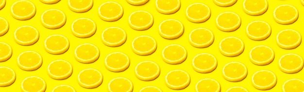 Zitronenscheibe auf gelbem hintergrund, panoramamuster