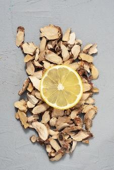 Zitronenscheibe auf organischem holzrindenhintergrund