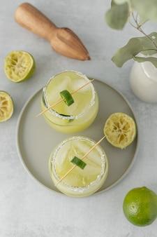 Zitronenscheibe in weißer keramikschale