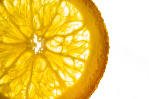 Zitronenscheibe mit weißem hintergrund