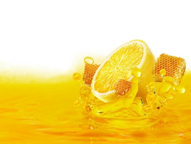 Zitronenscheibe und honigtropfen auf wasser