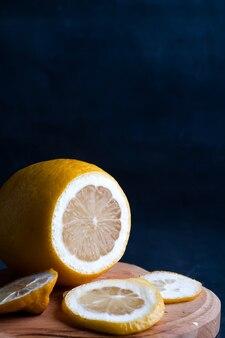Zitronenscheiben auf einem dunklen hintergrund