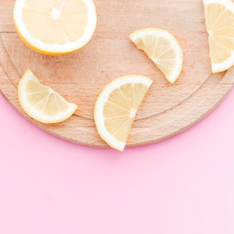 Zitronenscheiben auf schneidebrett