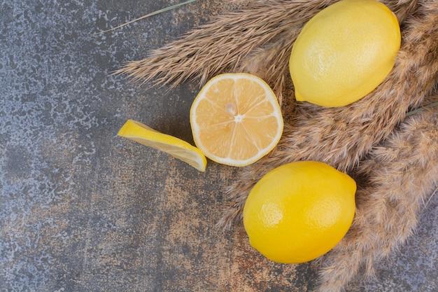 Zitronenscheiben auf steinoberfläche
