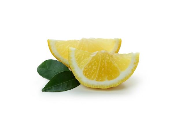 Zitronenscheiben isoliert auf weiß