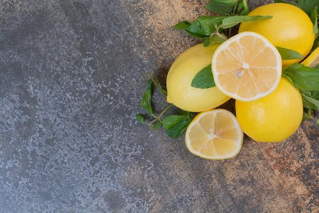 Zitronenscheiben mit minze auf steinoberfläche
