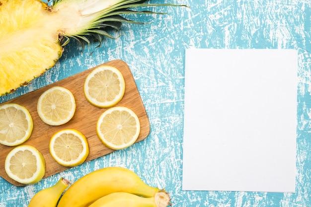 Zitronenscheiben mit weißem papier