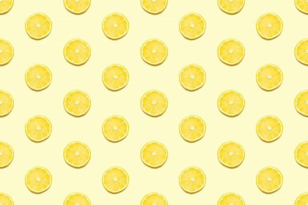Zitronenscheiben nahtloses muster auf pastellgelb