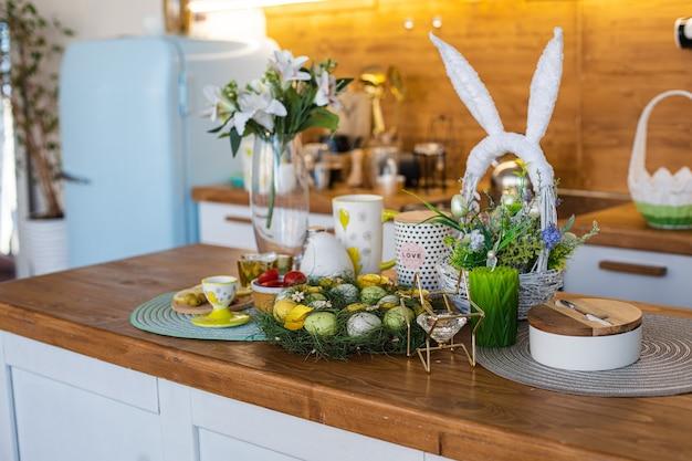 Zitronenscheiben, oliven, mandeln auf einem holzbrett, ostereier auf dem großen familientisch big