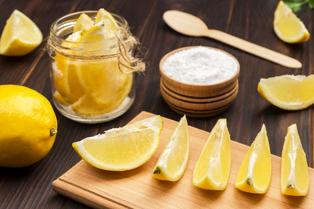 Zitronenscheiben und zitronenscheiben mit salz im glas. fermentierende produkte. natürliches heilmittel zur stärkung der immunität. nahansicht