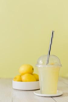 Zitronenshake mit zitrusfrüchten