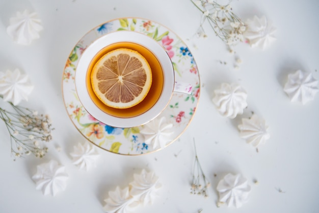 Zitronentee mit baiser draufsicht