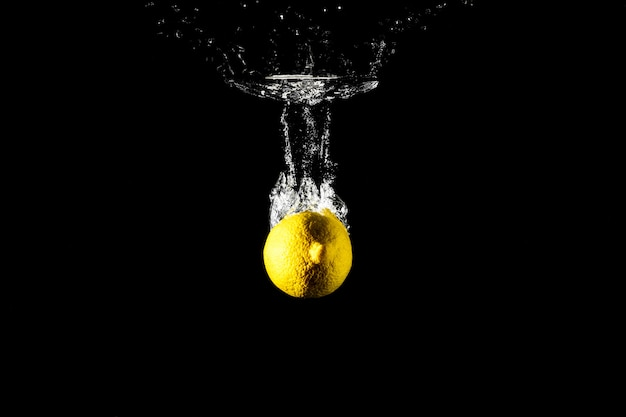 Zitronentropfen im schwarzen wasser.