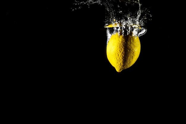 Zitronentropfen im wasser