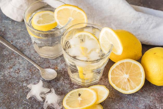 Zitronenwasser mit eis kühlen