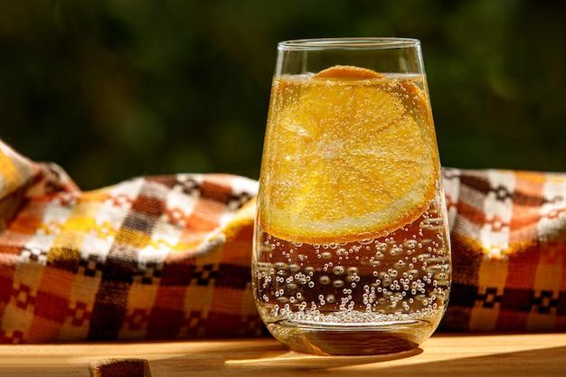 Zitronenwasser mit minze in einem glas. sommergarten.