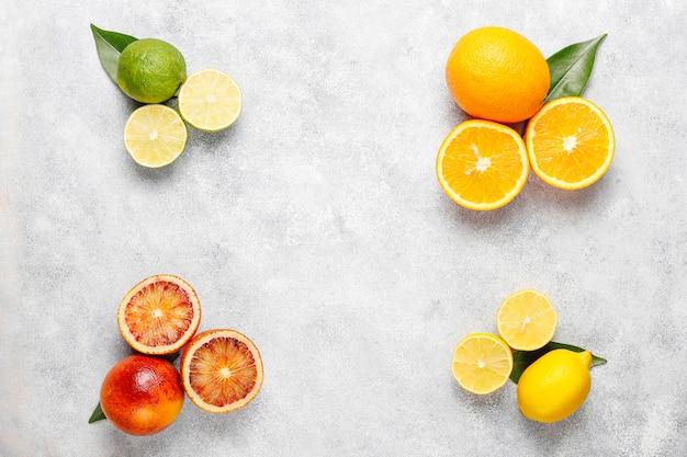 Zitrus-hintergrund mit verschiedenen frischen zitrusfrüchten